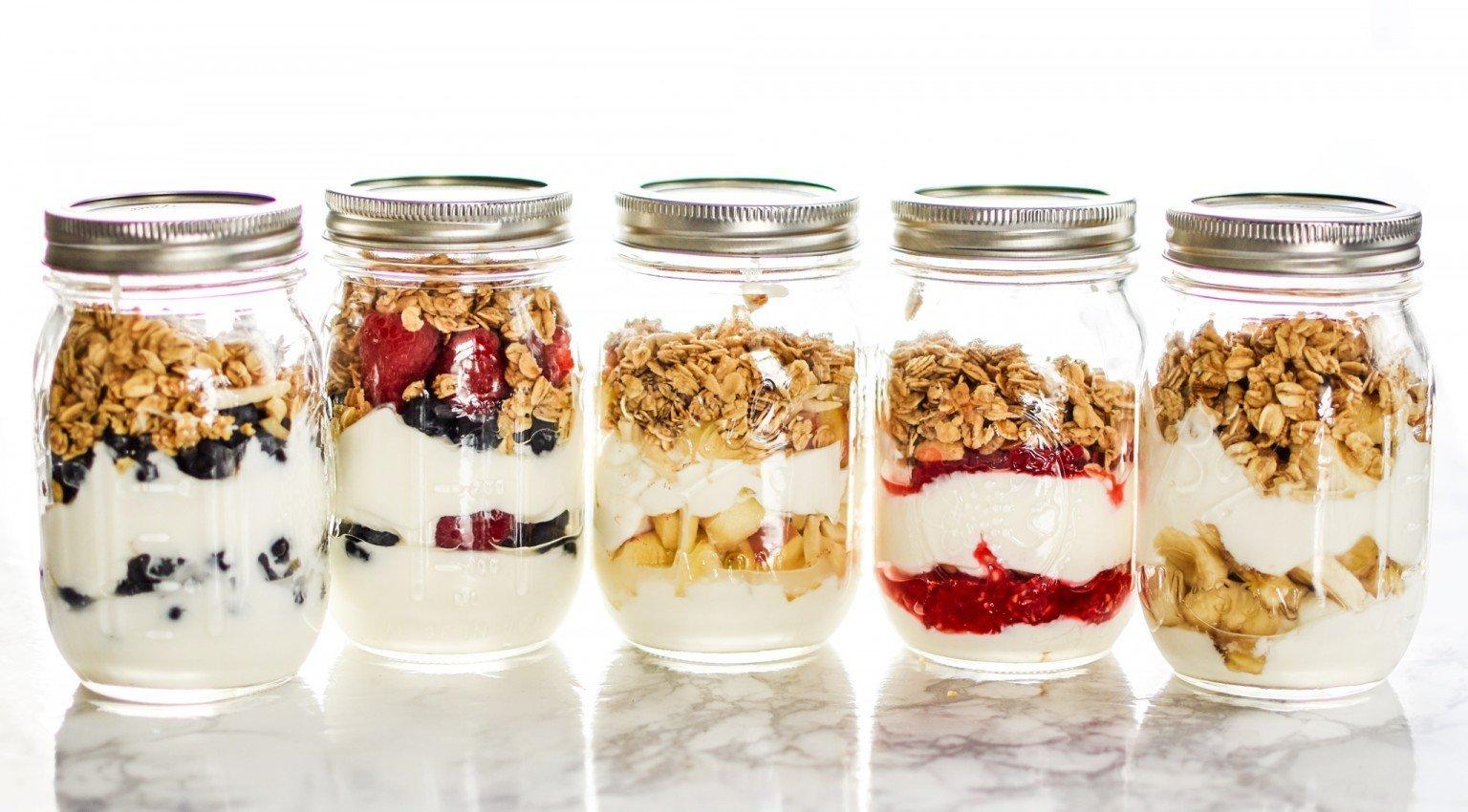 yogurt-parfait-mason-jars